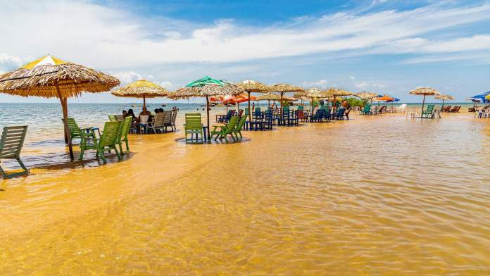 Guarda-chuvas colorem a praia de Ponta de Pedras, às margens do rio Tapajós, em Alter do Chão, estado do Pará.