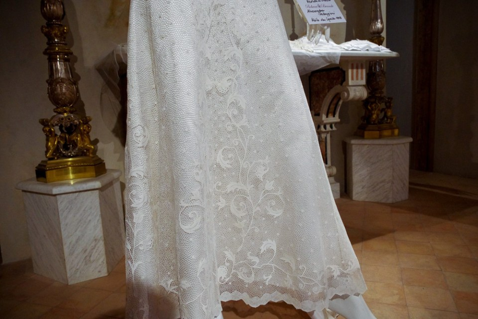 bride gown lace