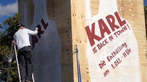 Freihand gesprühte Gestaltung der Verschalung Karl is back … für die Rückkehr der Statue Karls des Großen für den Brückenbauverein Frankfurt 2016. Freihand gesprühte Gestaltung der Verschalung Karl is back … für die Rückkehr der Statue Karls des Großen für den Brückenbauverein Frankfurt 2016. Englisch Freehand sprayed design of the Karl is back… for the return of the statue of Charlemagne for the Bridge Building Association Frankfurt 2016
