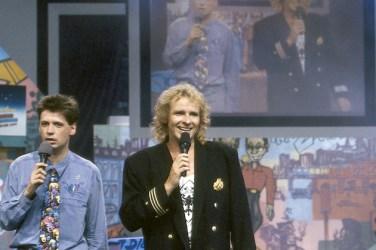 Thomas Gottschalk in front of a artwork Graffiti on canvas for the TV show »Die 2 im Zweiten« live at IFA Internationale Funkausstellung, Berlin 1991. © ZDF Barbara Oloff