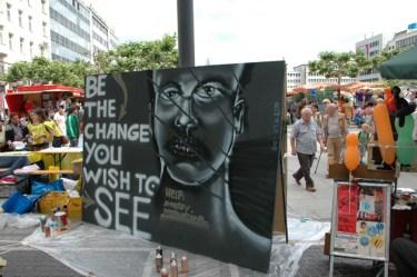 Be the change you wish to see, Aktion für Amnesty International, Konstablerwache Frankfurt 2011.