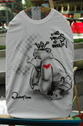 Love drugs and berlin. Live Street Art Airbrushing für SEAT © SONY Center Potsdamer Platz, 2012