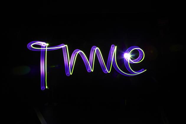 Time. Für Aumann und Hochmuth Design erstellte Lichtmalereien für Backgrounds des Katalogs von Thomas Sabo. Foto Matthias Müller BFF, Club NuSoul in Frankfurt 2010