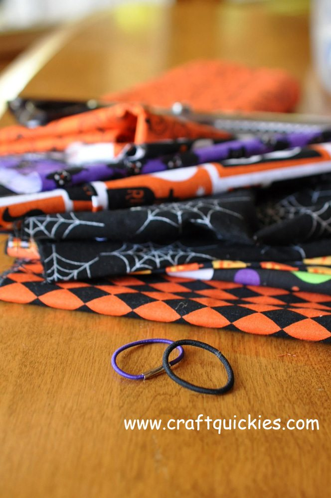 Halloween firecracker bows are festive, fun, and SUPER simple!