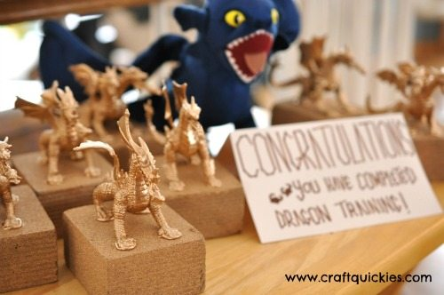 How to Train Your Dragon Party Trophies - So easy to make and so dang cute! #craftquickies