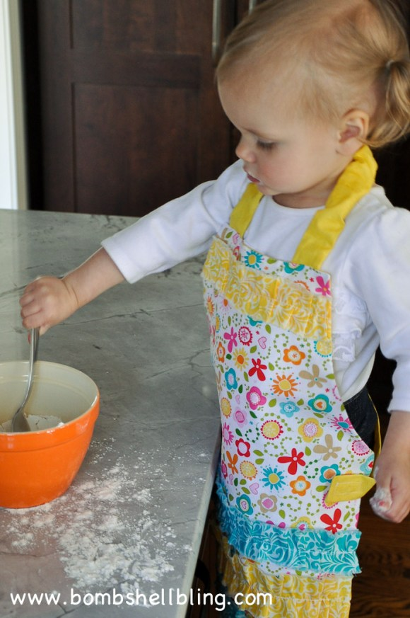 I love this sweet ruffled toddler apron!  Free tutorial!
