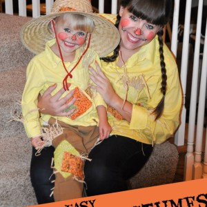 Cutest mother-daughter scarecrow costumes ever!! They look so easy to make, too!