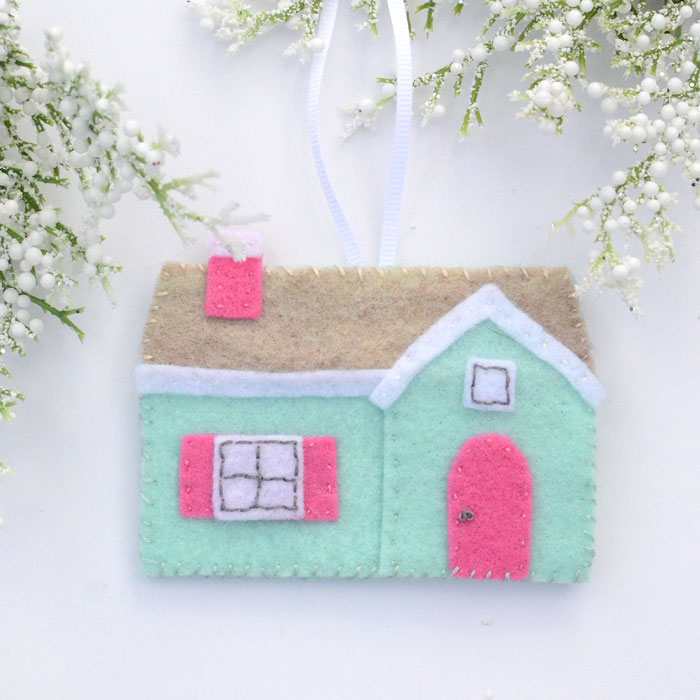 Stitch yourself a cozy little Christmas with this felt house Christmas ornament!  You can stitch one up in an evening in front of a favorite Christmas movie!