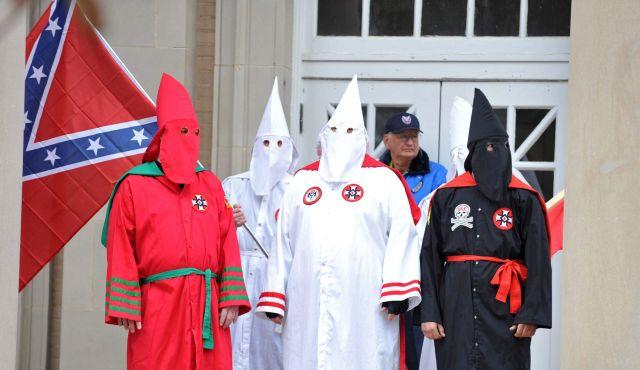 La preuve que le KKK n'est pas raciste, il y a un rouge et un noir...