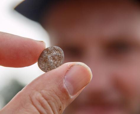 Jesper med hammered 1500-tals mønt