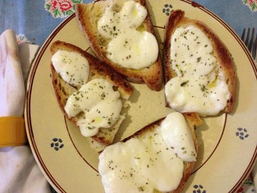Pane, mozzarella, origano e olio