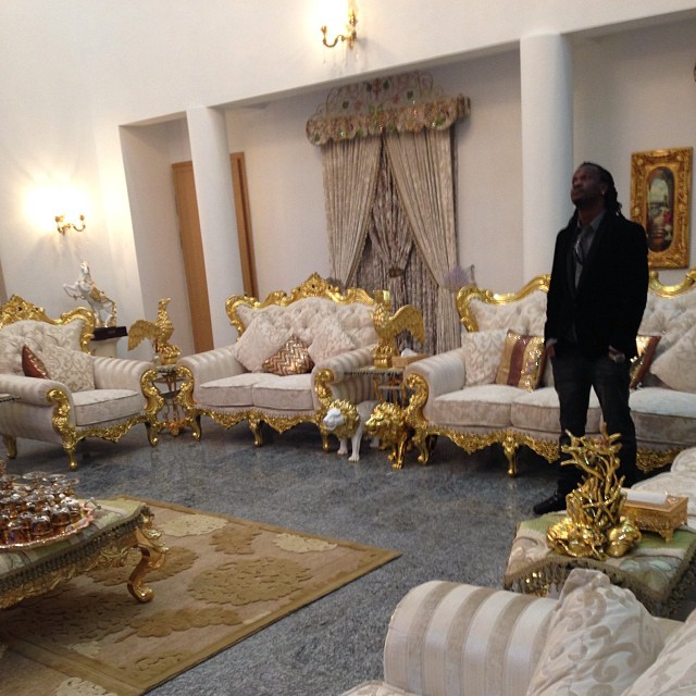 living room decoration in nigeria dark furniture kufuru: p-square waweka sofa (samani) zenye dhahabu ndani ...
