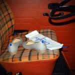 Paire de Slippers Chatelles sur le siège avant du Combi