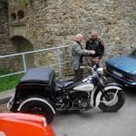 Christian M. et Pascal B., fidèles contributeurs de Bonjourlavieille, en pleine discussion autour de la Servicar Harley-Davidson 1944 de Thierry L.