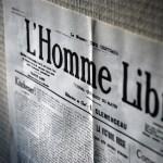 """Page du journal d'époque """"L'Homme Libre"""" à l'entrée du musée du Fort"""