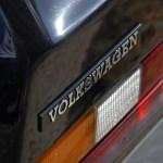Gros plan sur le sigle Volkswagen de la Golf GTI 1800 MK1