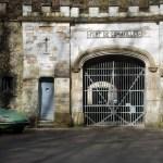 2 Citroën DS devant l'entrée du fort