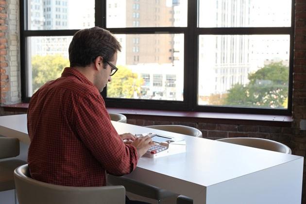 Hemingwrite Digital Typewriter Lets You Write Your Masterpiece (4)