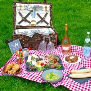 Volles Picknick mit Aufschnitt und Käseplatte