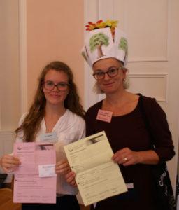 Friederike Lötters und Susanne Seichter bei der Vertragsunterzeichnung