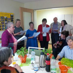 Mit fröhlichen Liedern bereicherte der erst kürzlich gegründete Parea-Chor das Nachbarschaftsfest von Sahle Wohnen in der Wohnanlage Auf dem Hügel.