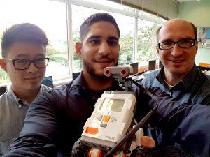 Hoang-Long Thi, Rami Janabi (beide Azubis der amcm) und Adam Buchholz (Lehrer am KFG) präsentieren stolz das Ergebnis des Einführungsworkshops für die beiden zukünftigen Roberter-AG-Leiter