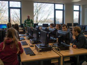 Arne Meindl beim IT-Workshop im Helmholtz-Gymnasium