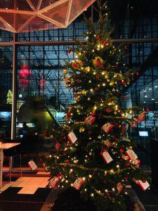 Weihnachsbaum mit Herzenswünschen in der Lobby des Kameha Grand