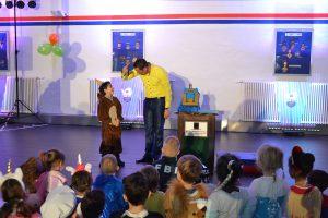Die verblüffenden Tricks und Kunststücke von Zauberer Benjamin Fritz kamen bei den Kindern bestens an.