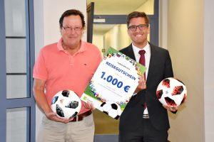 Geschäftsführer Ewald Meyer-Hoock (l.) und Jan-Philipp Sahle freuen sich über den erfolgreichen Abschluss des Online-WM-Tippspiels des Wohnungsunternehmens Sahle Wohnen. Der Gewinner erhält einen Reisegutschein im Wert von 1.000 Euro.