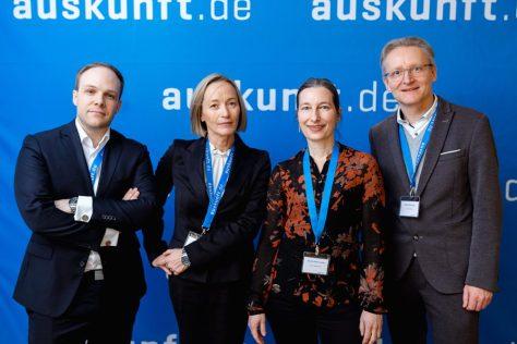 Fabian Brüssel (auskunft.de), Christina Hartmann (krick.com), Annette Röser-Letizky (Röser Medienhaus) und Patrick Hünemohr (Greven Medien) nach dem Go-Live der App auskunft.de