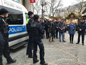 Auch die Polizeibeamtinnen und Polizeibeamten der mobilen Wache Weihnachtsmarkt sind mit den neuen Bodycams ausgerüstet.