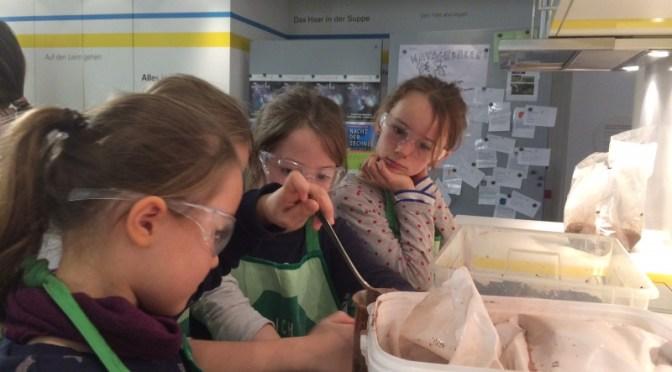 Konzentriert mischt die Mädchengruppe der KGS Donatusschule die »Zutaten« für die Matschbälle zusammen (Foto: Deutsches Museum Bonn)