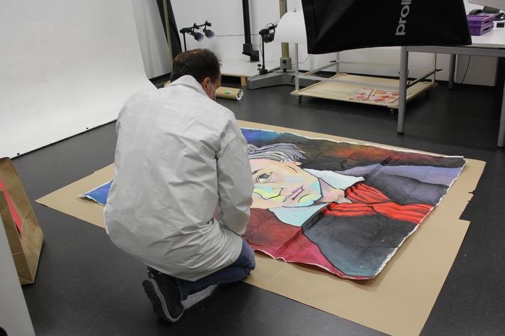 Das sichergestellte Gemälde wird nun auf Spuren untersucht.