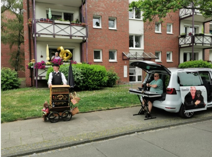 Die Sahle Wohnen-Mieter Ellen und Franz Wahl freuten sich auf ihrem Balkon über das Ständchen von Drehorgelspieler Hermann Hergarten und Musiker Willi Bellinghausen zu ihrer Goldenen Hochzeit.