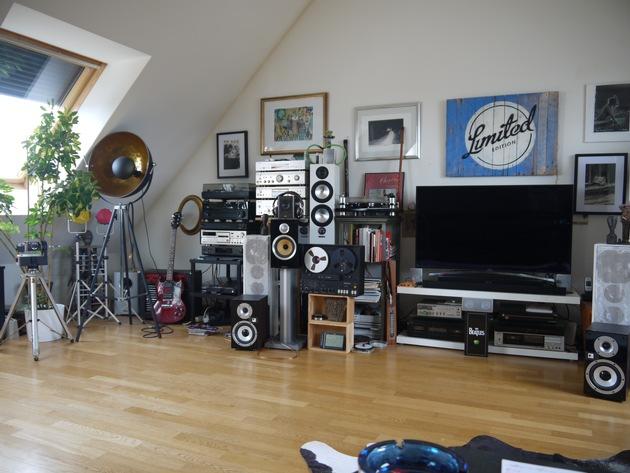 """Foto-Fahndung: Mutmaßlich gestohlene Digitalkamera bei Durchsuchung sichergestellt – Wer erkennt sein """"Musikzimmer"""" wieder?"""
