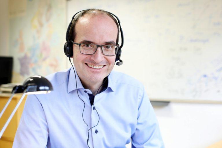 CEO Martin Bernemann arbeitet die neuen Mitarbeiter digital in laufende Projekte ein