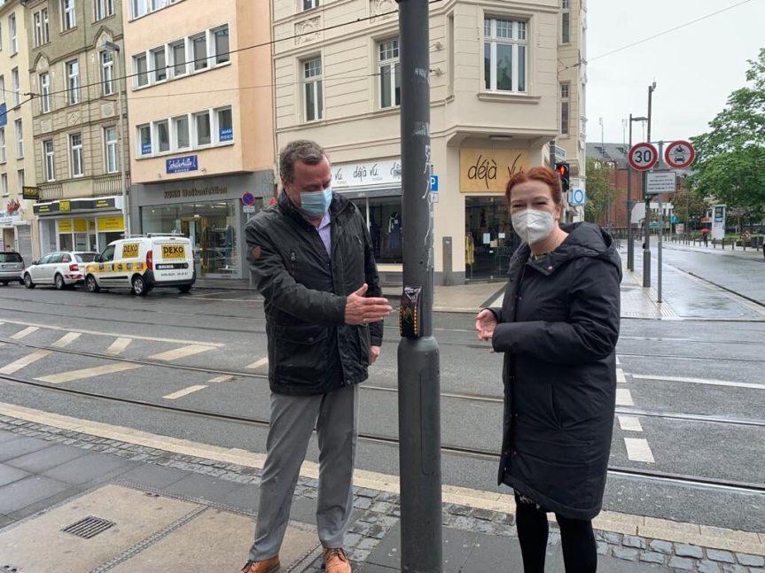 Oberbürgermeisterin Katja Dörner und der zuständige Leiter des Tiefbauamtes, Peter Esch, waren bei der Endmontage an den Ampelmasten dabei.