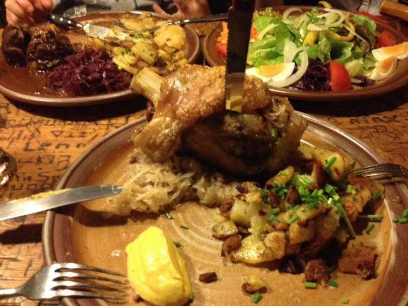 Joelho de porco e chucrute no Restaurante Schnitzelbank em Heidelberg na Alemanha