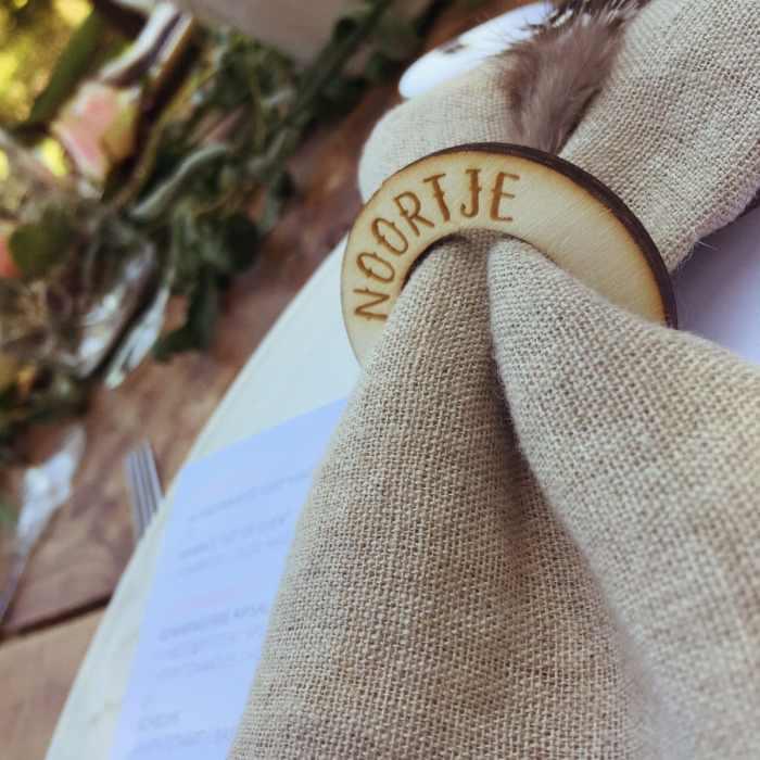 servetringen met naam voor bijvoorbeeld de tafelschikking van een bruiloft of een ander diner of tijdens een brunch.