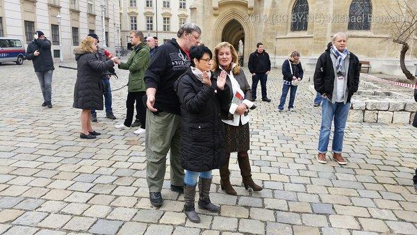 Susanne Winter (ehemals FPÖ, jetzt unabhängige Abgeordnete) auf der Kundgebung der rechtsextremen PDV. Insgesamt bald mehr JournalistInnen als TeilnehmerInnen.
