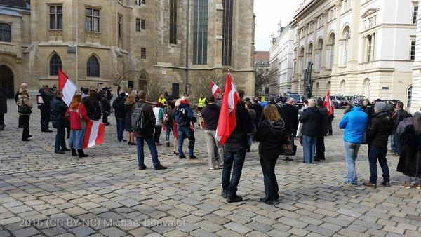 """Redner auf rechtsextremer Kundgebung am Minoritenplatz sagt zu höchstens 70 Personen, sie seien """"das Volk""""."""