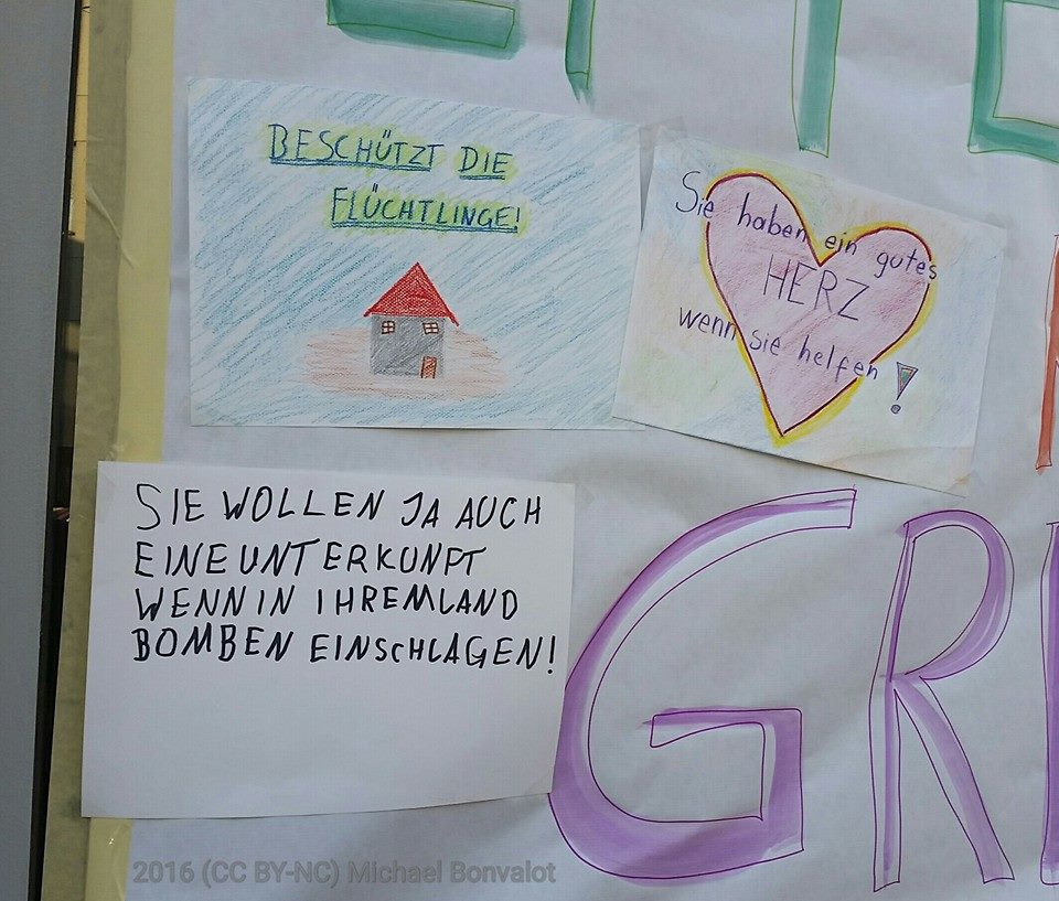 Kinder malen Plakate am Liesinger Hauptplatz für #liesingfüralle