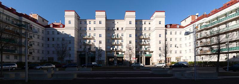 """Eine der einstmals stolzen Festungen des """"Roten Wien"""": Die Wohnhaus Friedrich Engels Platz in Wien Brigittenau."""