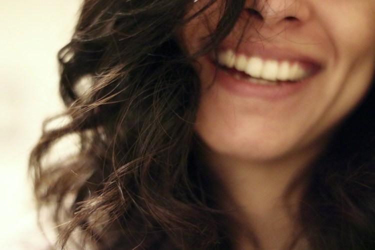 sorridi donna poesia alda merini