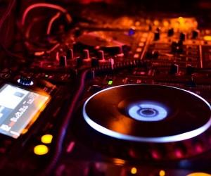 """Should my DJ know how to """"Beatmatch"""" AKA """"Play Club Style""""?"""
