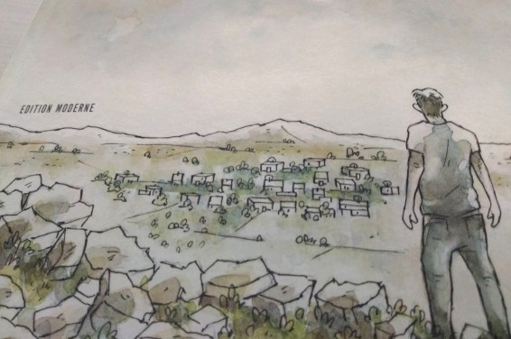 Teil des Covers zeigt einen Mann von hinten, der in eine dörfliche Landschaft blickt. Im Hintergrund sind Berge. Aquarell