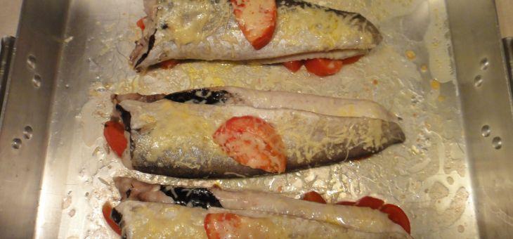 Lluç al forn amb tomàquet i formatge ratllat