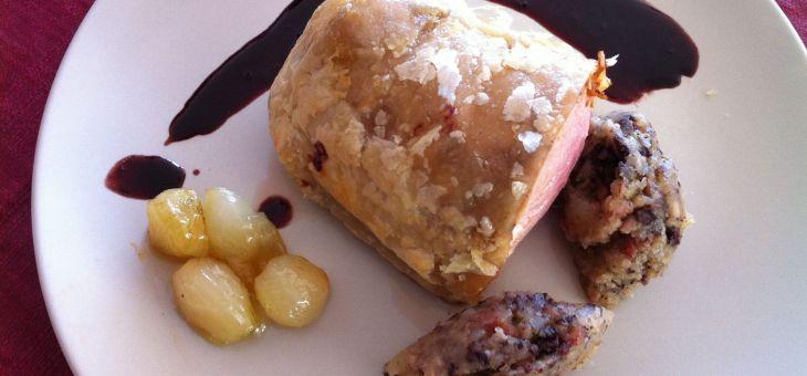 """Filet de porc """"hojaldrat"""" amb patata emmascarada i cebetes glasejades"""