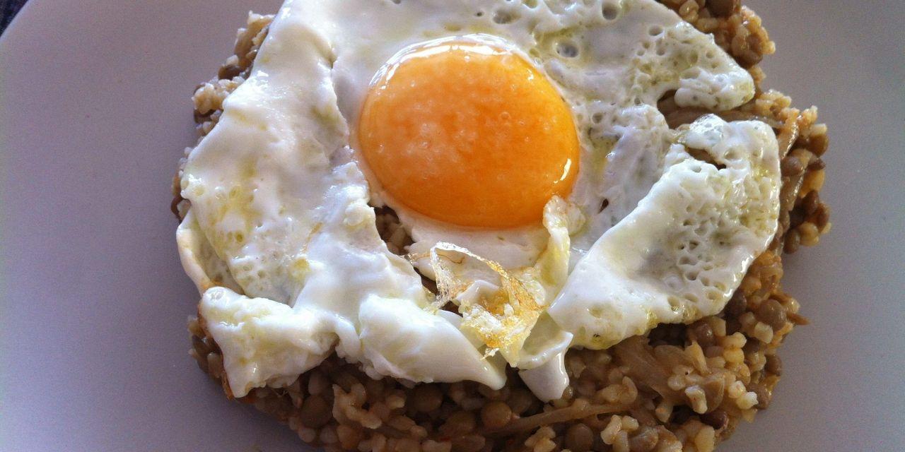 Pilaf de bulgur amb llenties i ou ferrat